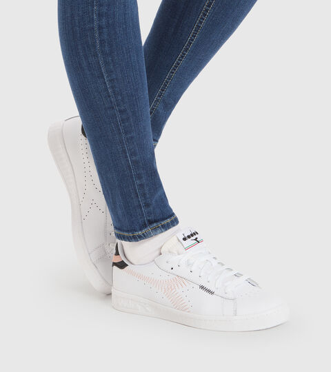 Sports shoe - Women GAME L LOW ZIG ZAG WN BRIGHT WHITE/PEACHY KEEN - Diadora