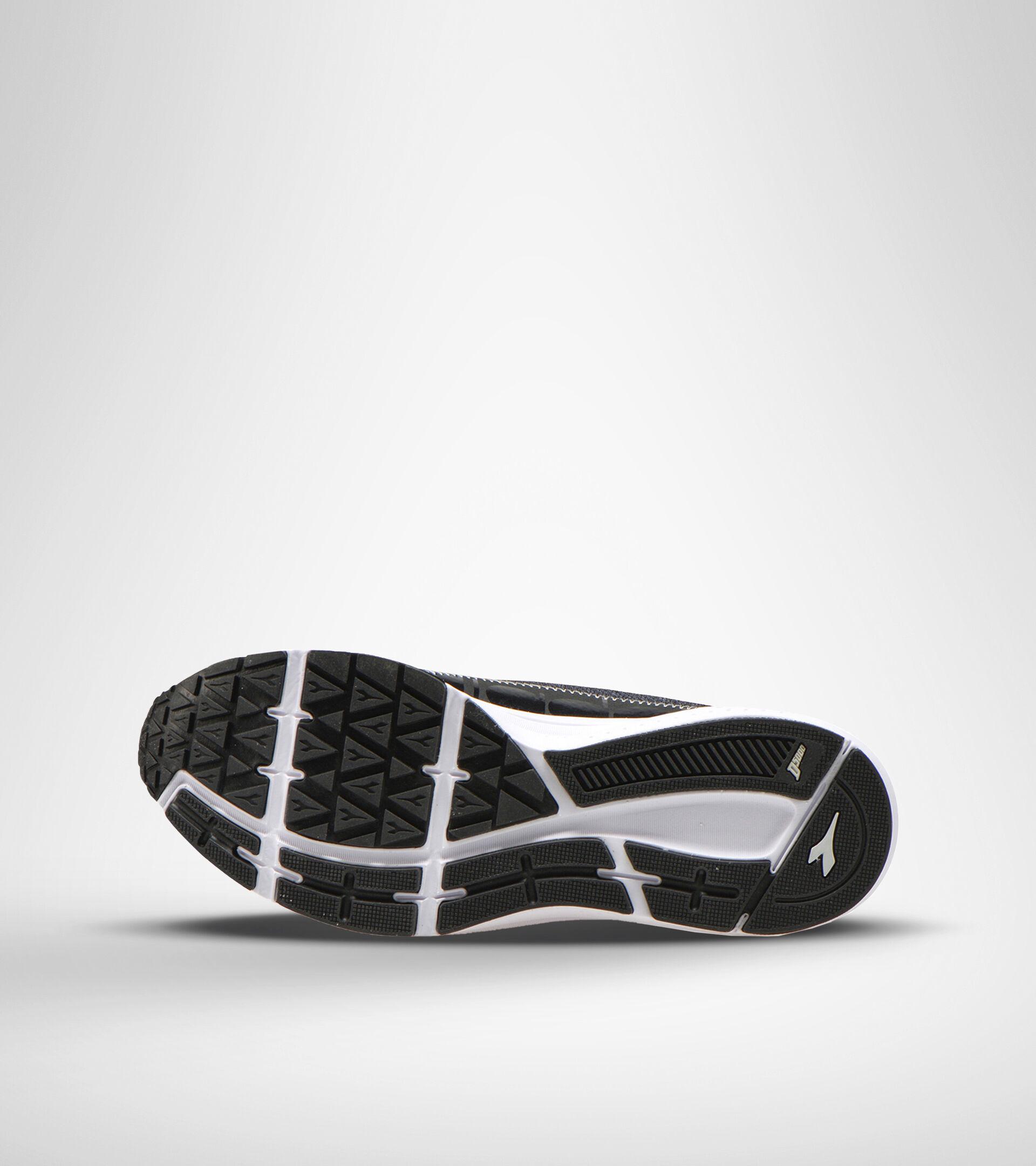 Chaussures de running - Femme KURUKA 5 W NOIR/ARGENT - Diadora