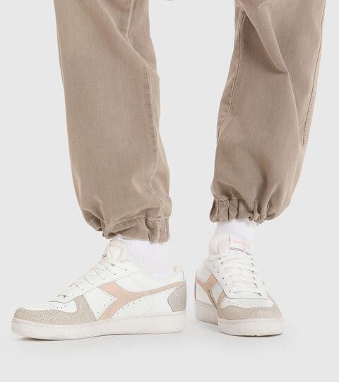 Zapatillas deportivas - Mujer MAGIC BASKET LOW ICONA WN BLANCO/ROSA PASTELES BRONCEADO - Diadora