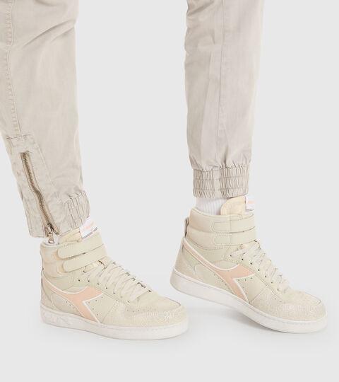 Footwear Sportswear DONNA MAGIC BASKET MID ICONA WN BLANCO HUESO Diadora