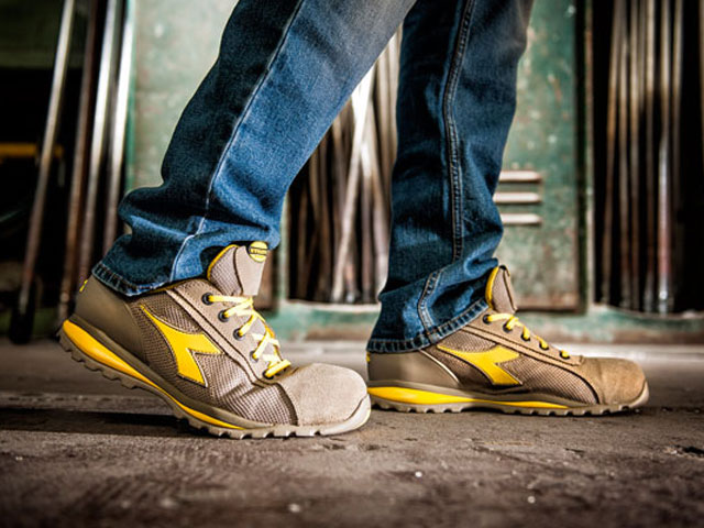 Utility Glove is the most-known work shoe of the Diadora Utility line. In suede calfskin, with an aluminium tip and removable plantar. Available in both high and low-ankle model, in four colours.