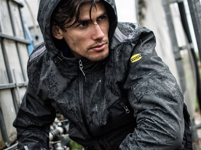 Utility is Diadora's work clothing range, thought to satisfy the needs of all professions that require comfort and safety. Resistant clothing, waterproof and breathable, always with you even in the winter months.