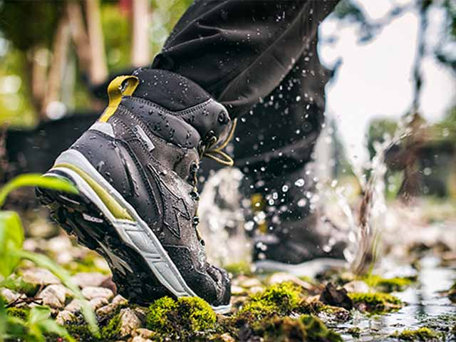 The whole Diadora range of safety shoes is made with waterproof material. Models made in waterproof full-grain leather, resistant to water, ideal to protect from humidity and rain. Choose among a wide range.