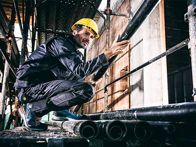 Thanks to a constant technological research for the best protection, Diadora Utility Line satisfies the needs of alla professions that require comfort and safety in construction sites, in workshops, as well as in the garden or the countryside.
